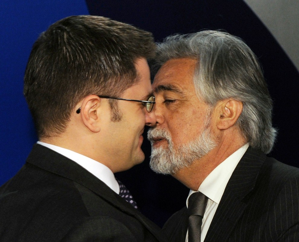 3. SERBIA, Belgrad, 22 marca 2011: Vuk Jeremic (minister spraw zagranicznych Serbii) wita Luisa Amado (ministers spraw zagranicznych Portugalii. AFP PHOTO / ANDREJ ISAKOVIC