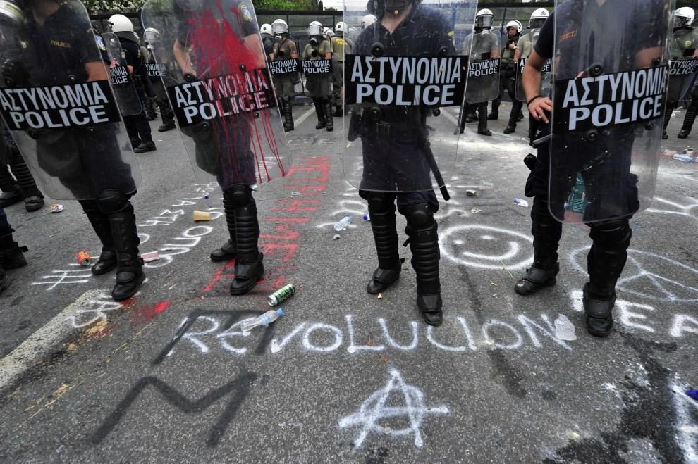3. GRECJA, Ateny, 15 czerwca 20111: Oddział policji w pobliżu protestującego tłumu ludzi. AFP PHOTO / Louisa Gouliamaki