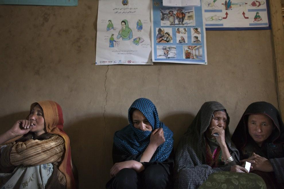 3. AFGANISTAN, Faladi, 11 czerwca 2011: Kobiety czekają na wizytę w mobilnej przychodni. (Foto: Paula Bronstein/Getty Images)