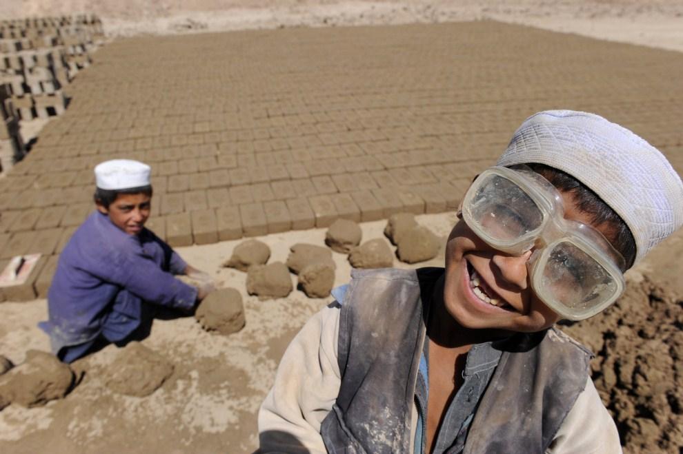 4. AFGANISTAN, Kabul, 21 czerwca 2010: Chłopcy pracujący w fabryce cegieł. AFP PHOTO/SHAH Marai
