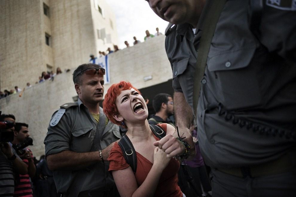 4. IZRAEL, Jerozolima, 27 maja 2011: Policjanci aresztują przeciwników planów rozszerzania akcji osadniczej. AFP PHOTO / ALESSIO ROMENZI