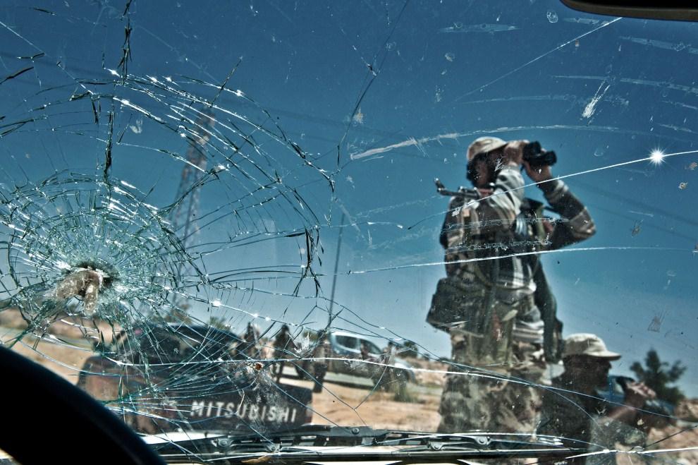 4. LIBIA, Lawania, 16 czerwca 2011: Rebelianci na przedmieściach miasta Lawania. AFP PHOTO/COLIN SUMMERS