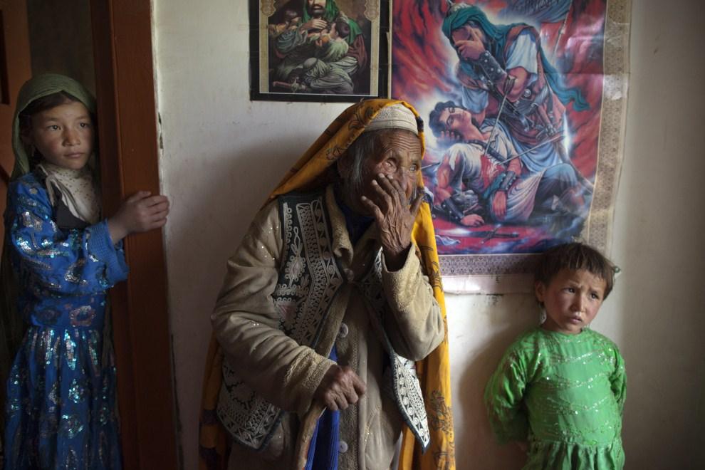 4. AFGANISTAN, Gharmboloq, 12 czerwca 2011: Hava Gul czeka na wizytę u lekarza, który zbada jej lewe oko. (Foto: Paula Bronstein/Getty Images)