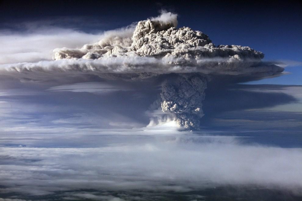 4. CHILE, Puyehue, 5 czerwca 2011: Erupcja wulkanu obserwowana z pokładu samolotu. EPA/IAN SALAS Dostawca: PAP/EPA.