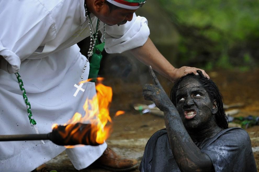5. KOLUMBIA, La Cumbre, 1 czerwca 2011: Kapłan odprawia egzorcyzmy nad  kobietą, która twierdzi, że jest opętana. AFP PHOTO/Luis ROBAYO