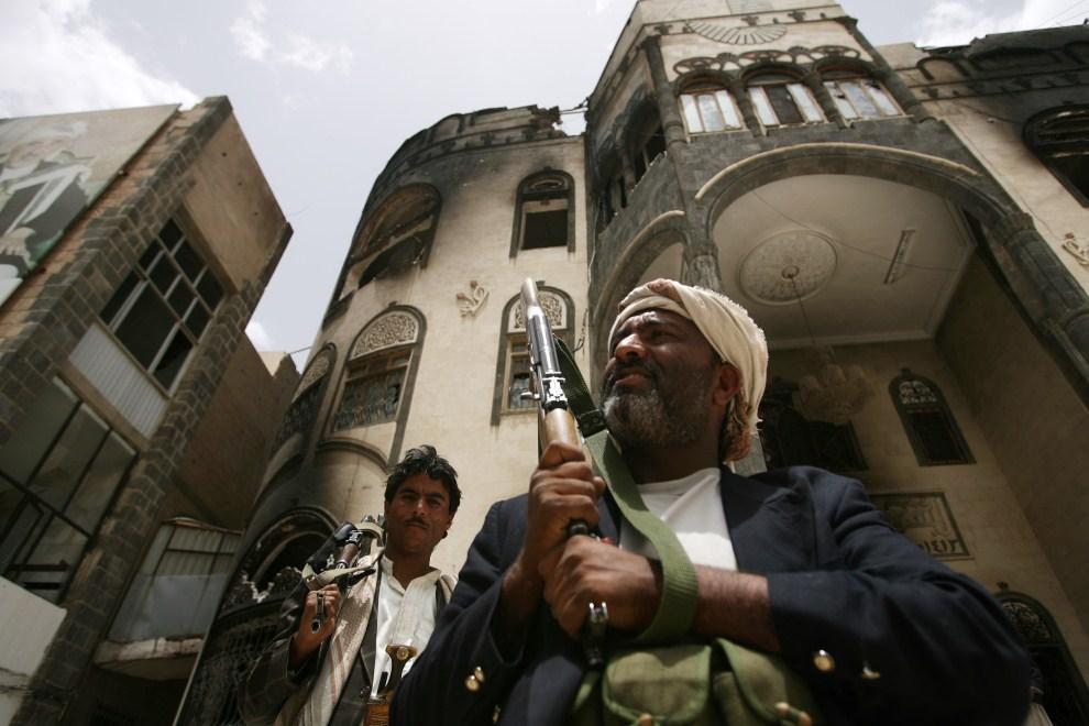5. JEMEN, Sana, 16 czerwca 2011: Zwolennicy opozycyjnego Sadiqa al-Ahmara na posterunku przed jego rezydencją. AFP PHOTO/ MOHAMMED HUWAIS