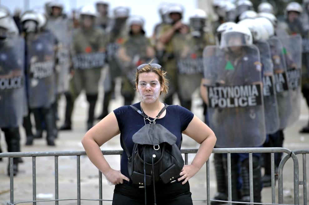 5. GRECJA, Ateny, 15 czerwca 2011: Kobieta przed barierkami otaczającymi budynek parlamentu. AFP PHOTO / Aris Messinis