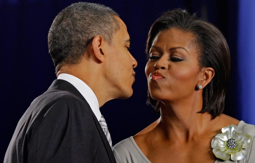 5. USA, Waszyngton, 13 grudnia 2011: Barack Obama całuje żonę - Michelle Obama. (Foto: Chip Somodevilla/Getty Images)