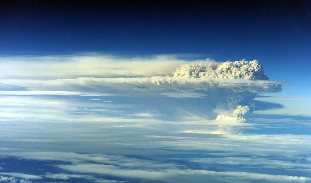 "5. CHILE, Puyehue, 5 czerwca 2011: Erupcja wulkanu Puyehue obserwowana z ""lotu ptaka"". AFP PHOTO/CLAUDIO SANTANA"