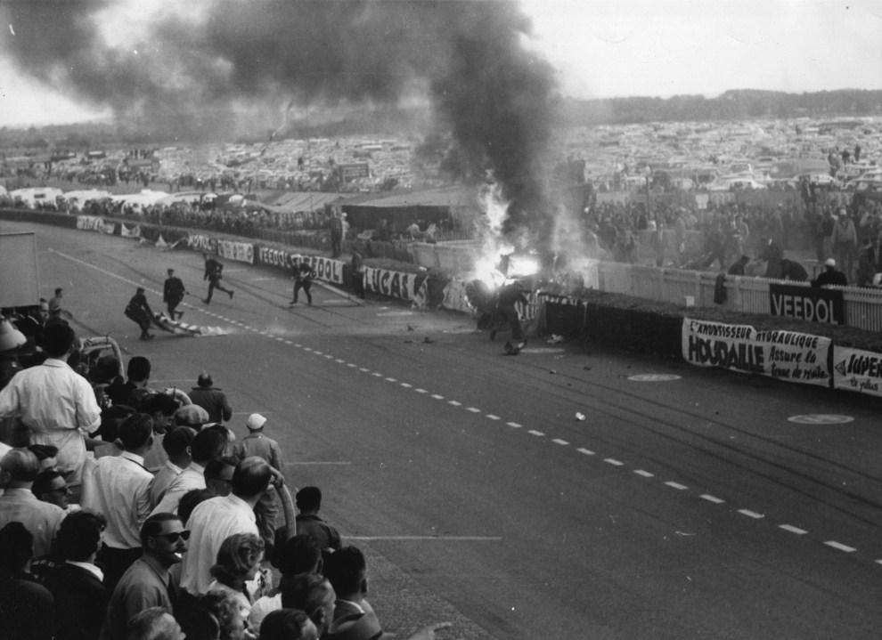 5. FRANCJA, Le Mans, 11 czerwca 1955: Wypadek na torze, w którym śmierć poniosło 80 kibiców i kierowca Pierre Levegh. (Foto:  Fox Photos/Getty Images)