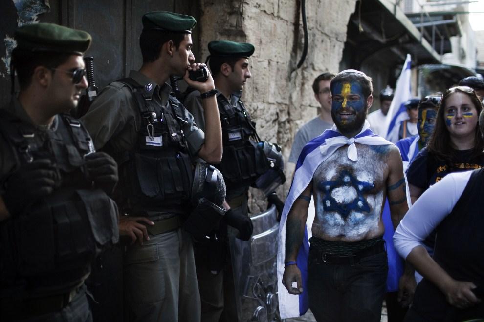 6. IZRAEL, Jerozolima, 1 czerwca 2011: Izraelscy policjanci pilnują porządku podczas świętowania Dnia Jerozolimy. AFP PHOTO /MENAHEM KAHANA