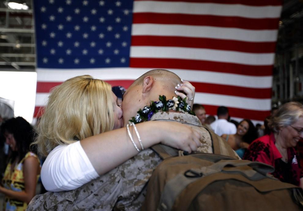 6. USA, Honolulu, 13 czerwca 2010: Kobieta całuje narzeczonego, który razem z oddziałem wylatuje do Afganistanu. AFP PHOTO/PATRICK BAZ