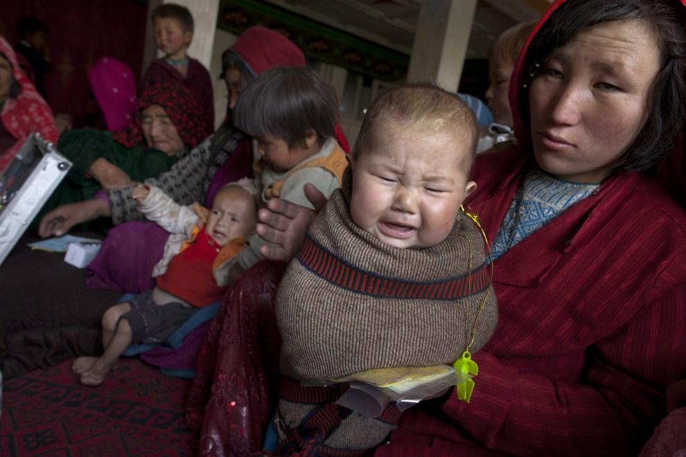 6. AFGANISTAN, Gharmboloq, 12 czerwca 2011: Kobiety z dziećmi czekają na przyjęcie u lekarza. (Foto: Paula Bronstein/Getty Images)