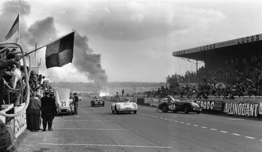 6. FRANCJA, Le Mans, 11 czerwca 1955: Tor Le Mans i płonące szczątki rozbitego samochodu prowadzonego przez Pierr'a Levegh'a. (Foto:  Bert Hardy/Picture Post/Getty Images)