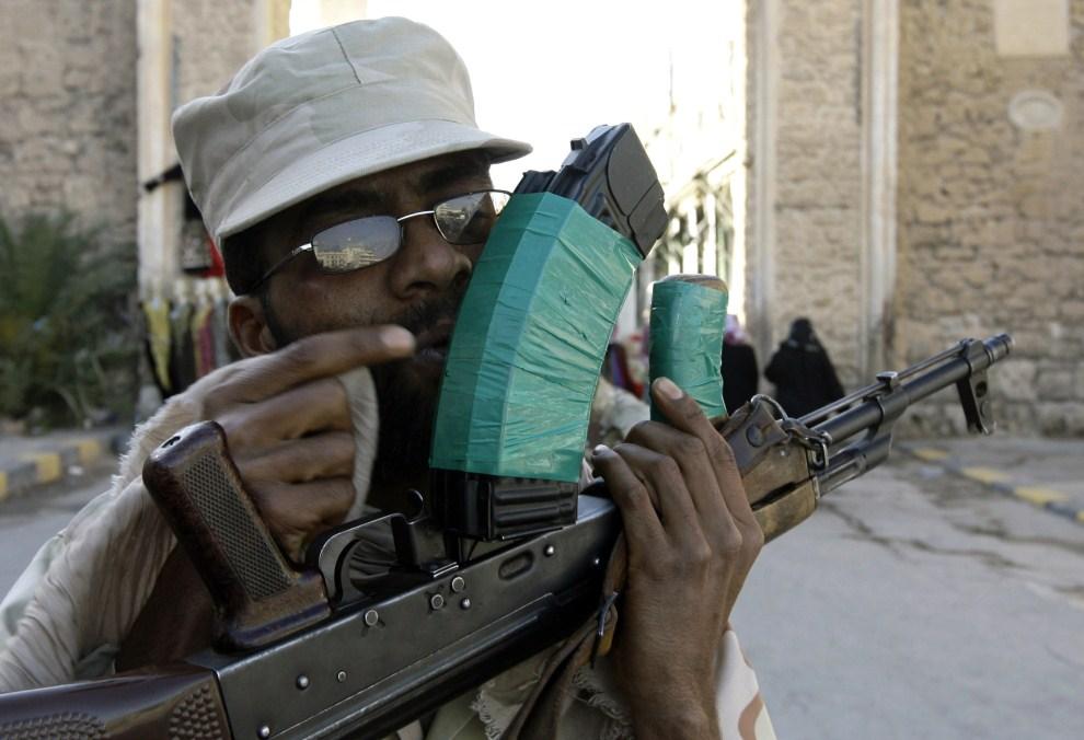 7. LIBIA, Trypolis, 12 kwietnia 2011: Libański żołnierz całuje swój karabin. AFP PHOTO/JOSEPH EID