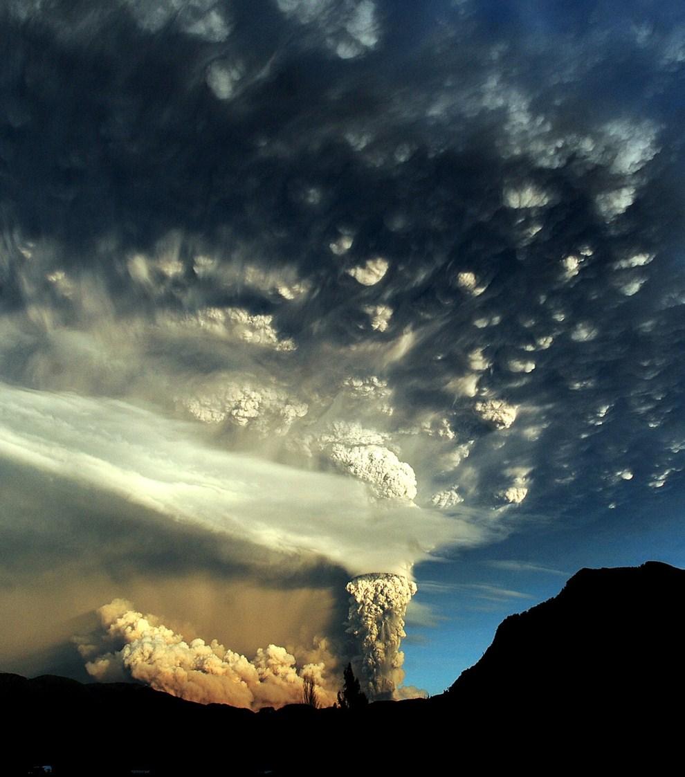 7. CHILE, Puyehue, 5 czerwca 2011: Erupcja obserwowana z okolicy Osorno na południu Chile. AFP PHOTO/CLAUDIO SANTANA