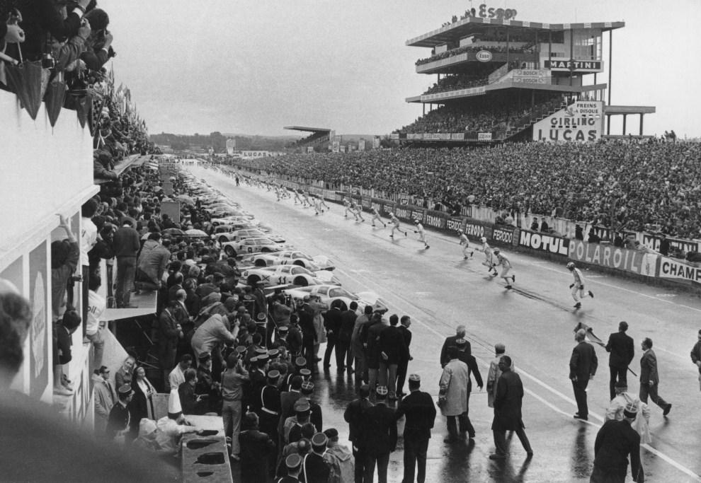 7. FRANCJA, Le Mans, 15 czerwca 1969: Kierowcy biegną do swoich samochodów na starcie do wyścigu. (Foto:  Central Press/Hulton Archive/Getty Images)