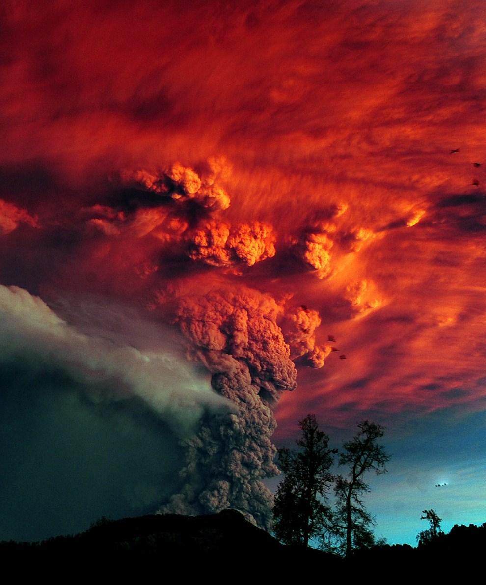 8. CHILE, Puyehue, 5 czerwca 2011: Erupcja Puyehue obserwowana z okolicy Osorno na południu Chile. AFP PHOTO/CLAUDIO SANTANA