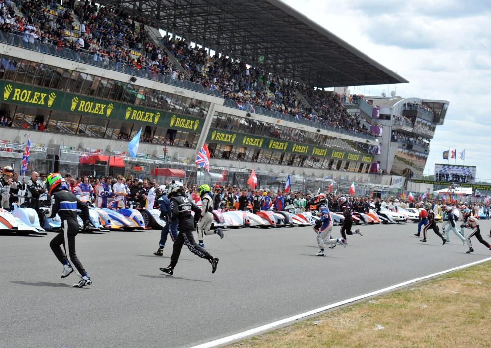 8. FRANCJA, Le Mans, 11 czerwca 2011: Kierowcy biegną do swoich samochodów na starcie do wyścigu. EPA/DANIEL DEME Dostawca: PAP/EPA.