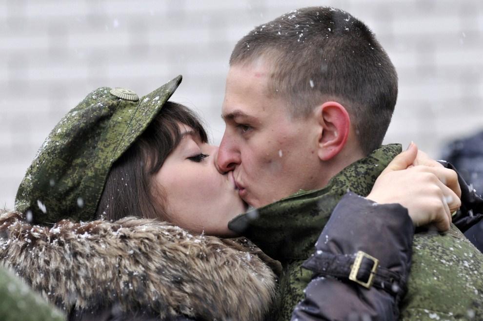 9. ROSJA, Stawropol, 21 kwietnia 2011: Rekrut całuje się ze swoją dziewczyną. AFP PHOTO / DANIL SEMYONOV