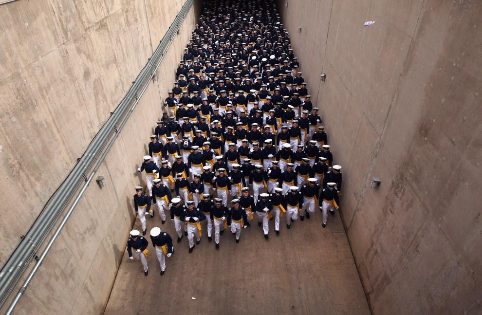 9. USA, Colorado Springs, 25 maja 2011: Kadeci U.S. Air Force Academy wchodzą na stadion, gdzie odbierać będą dyplomy. (Foto: John Moore/Getty Images)