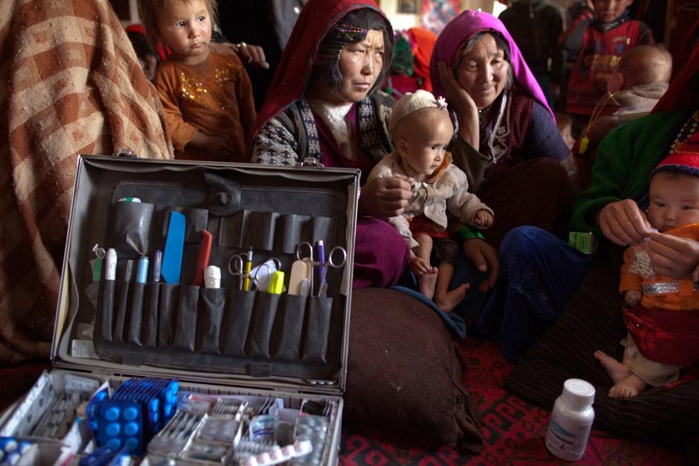 9. AFGANISTAN, Gharmboloq, 12 czerwca 2011: Kolejka pacjentów do mobilnej przychodni, w której przyjmuje Mohammed Rashidi. (Foto: Paula Bronstein/Getty Images)