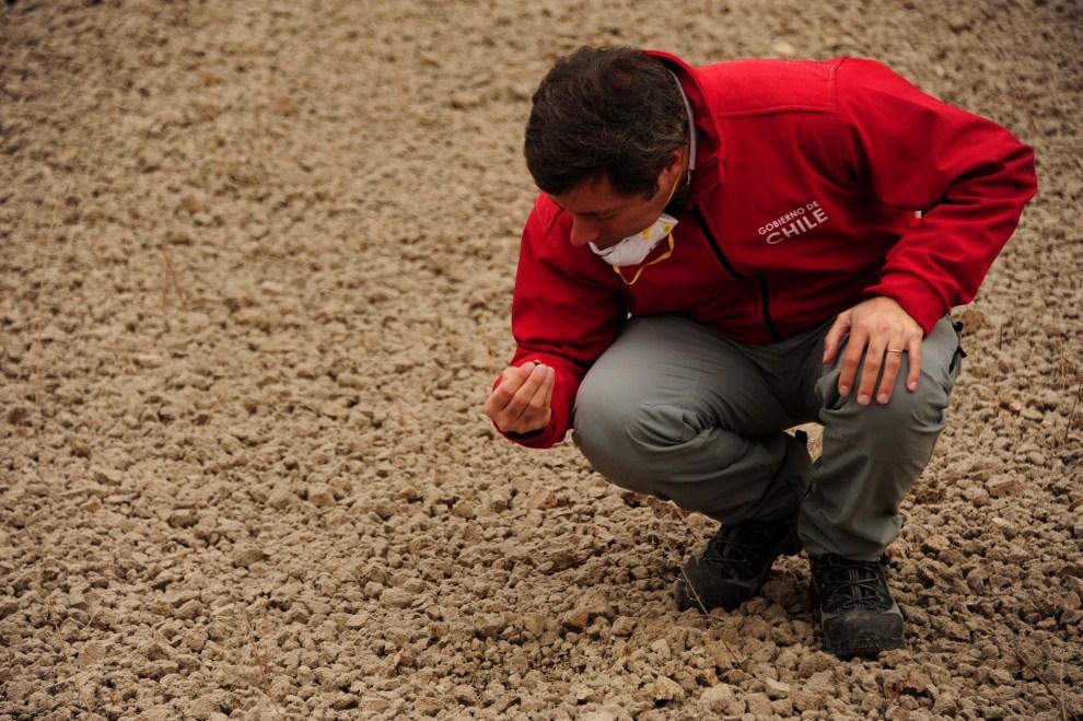 9. CHILE, Puyehue, 6 czerwca 2011: Naukowiec przygląda się kamieniom wulkanicznym wyrzucanym z krateru. AFP PHOTO/CLAUDIO SANTANA