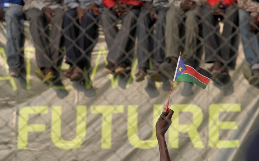 10. SUDAN, Dżuba, 10 lipca 2011: Uniesiona dłoń z flagą Sudanu Południowego podczas pierwszego występu reprezentacji. AFP PHOTO/ROBERTO SCHMIDT