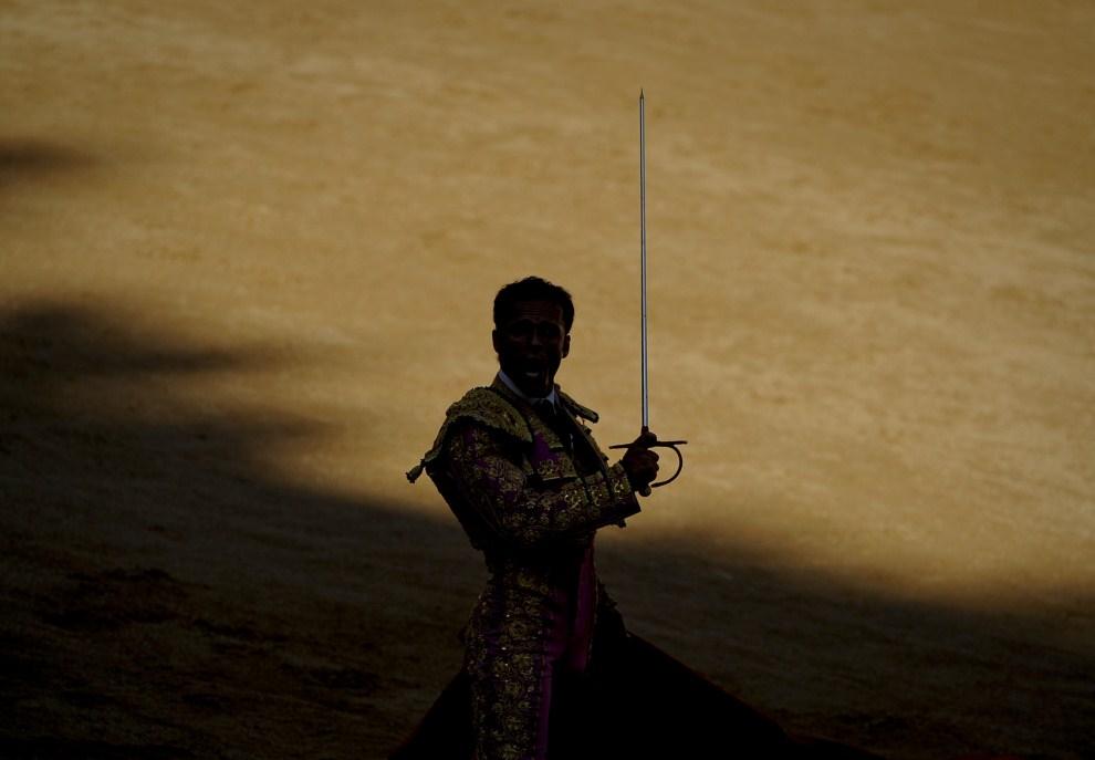 10. HISZPANIA, Pampeluna, 11 lipca 2011: Matador Antonio Ferrera na arenie w Pampelunie. AFP PHOTO / PEDRO ARMESTRE