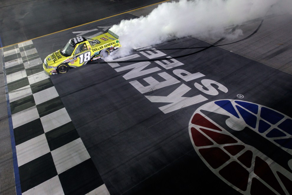 10. USA, Sparta, 7 lipca 2011: Kyle Busch cieszy się ze zwycięstwa w wyścigu serii NASCAR. (Foto: Chris Graythen/Getty Images