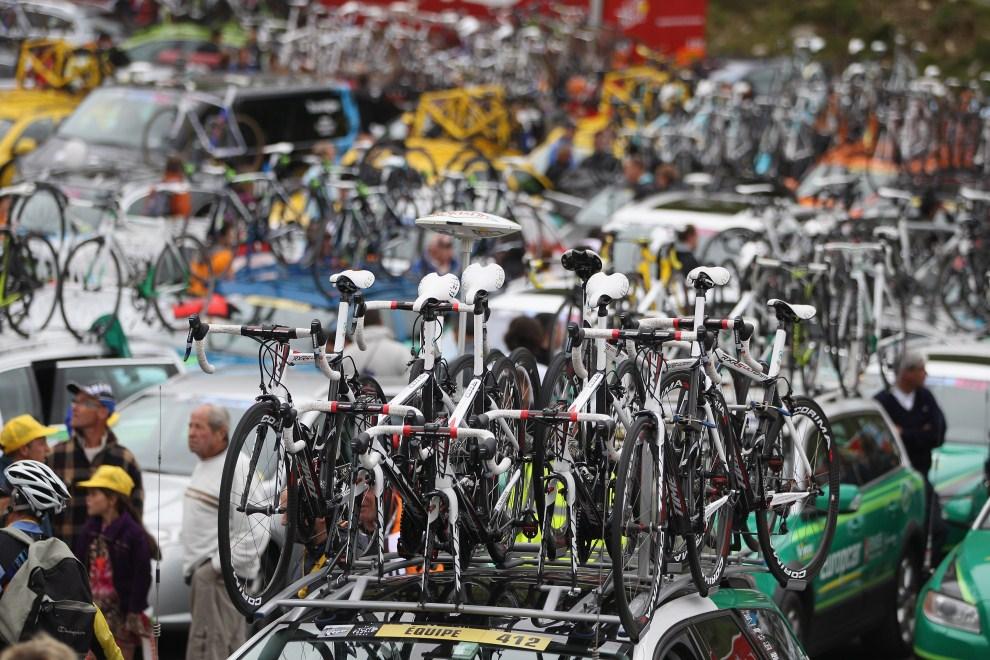 10. FRANCJA, Luz-Ardiden, 14 lipca 2011: Parking samochodów serwisowych po dwunastym etapie. (Foto: Michael Steele/Getty Images)