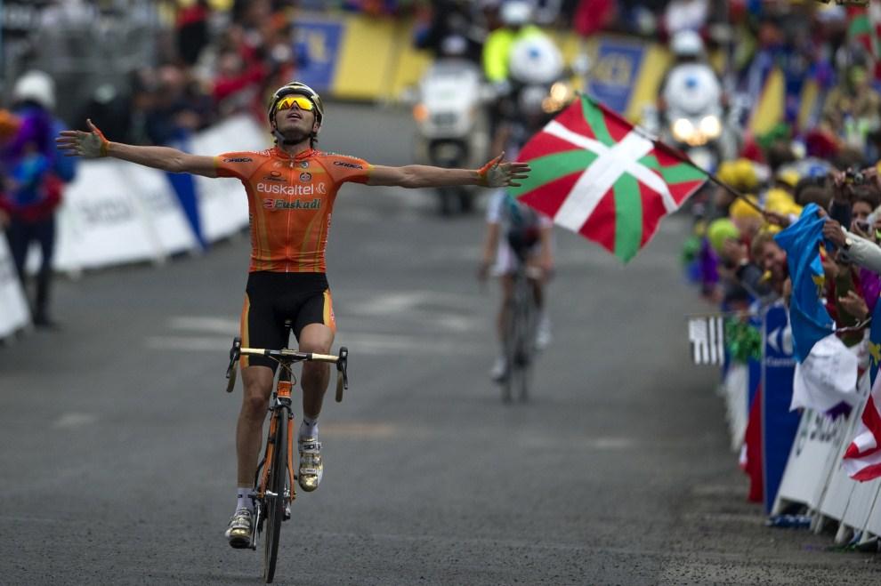 11. FRANCJA, Luz-Saint-Sauveur, 14 lipca 2011: Kibice z baskijskimi flagami cieszą się ze zwycięstwa Hiszpana  Samuela Sancheza. AFP PHOTO / PASCAL PAVANI