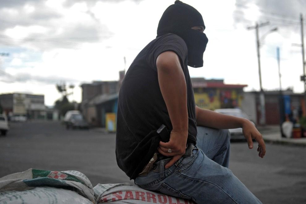 11. GWATEMALA, Guatemala City, 19 lipca 2011: Członek straży obywatelskiej chroniącej mieszkańców dzielnicy Castanas przed atakami gangu  Mara Salvatrucha. AFP PHOTO /  Johan ORDONEZ