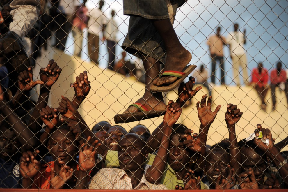 11. SUDAN, Dżuba, 10 lipca 2011: Kibice zebrani wokół stadionu, gdzie rozgrywany jest mecz reprezentacji. AFP PHOTO/ROBERTO SCHMIDT