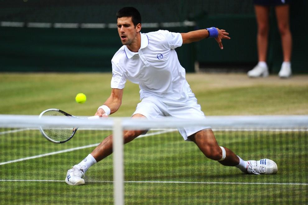 11. WIELKA BRYTANIA, Londyn, 1 lipca 2011: Novak Đoković odbija piłkę posłaną przez przez Jo-Wilfrieda Tsonga. (Foto: Clive Mason/Getty Images)