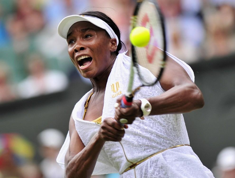 12. WIELKA BRYTANIA, Londyn, 1 lipca 2011: Venus Williams w meczu przeciwko  Cwetani Pironkowej. AFP PHOTO/GLYN KIRK