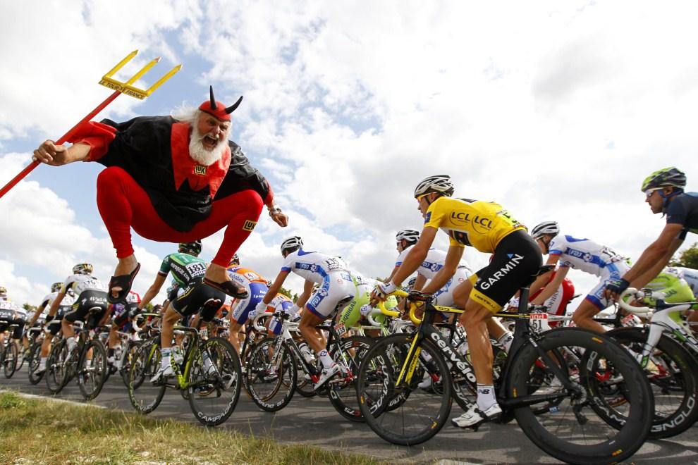 12. FRANCJA, Châteauroux, 8 lipca 2011: Niemiecki kibic dopinguje kolarzy jadących w Tour de France. AFP PHOTO / JOEL SAGET