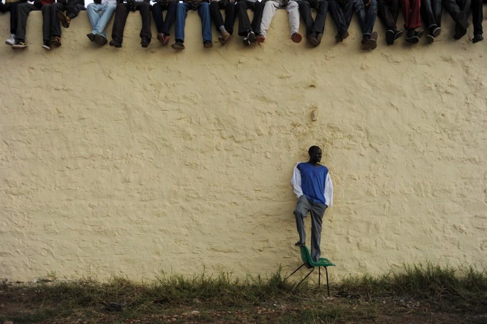 12. SUDAN, Dżuba, 10 lipca 2011: Kibice obserwujący występ reprezentacji w piłce nożnej. AFP PHOTO/ROBERTO SCHMIDT