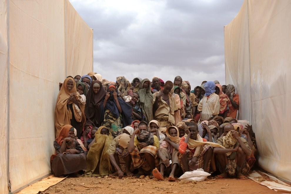 12. ETIOPIA, Kobe, 19 lipca 2011: Somalijscy uciekinierzy w kolejce po żywność. AFP PHOTO/ROBERTO SCHMIDT