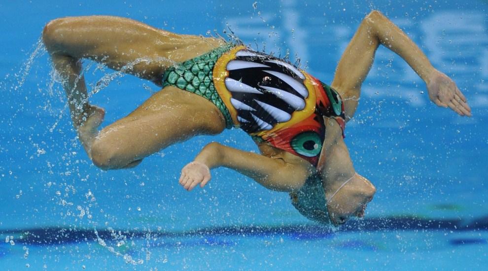 13. CHINY, Szanghaj, 23 lipca 2011: Zawodniczka hiszpańskiej drużyny w pływaniu synchronicznym. AFP PHOTO / PHILIPPE LOPEZ