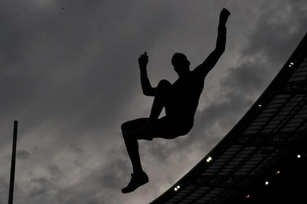 13. FRANCJA, Saint-Denis, 8 lipca 2011: Skoczek o tyczce podczas mityngu lekkoatletycznego z ceuklu Diamentowej Ligii. AFP PHOTO / FRANCK FIFE