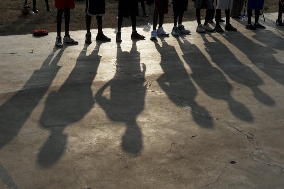 13. SUDAN, Dżuba, 8 lipca 2011: Młodzi koszykarze podczas spotkania z zawodnikiem Chicago Bulls - Luol Dengiem. AFP PHOTO/ROBERTO SCHMIDT