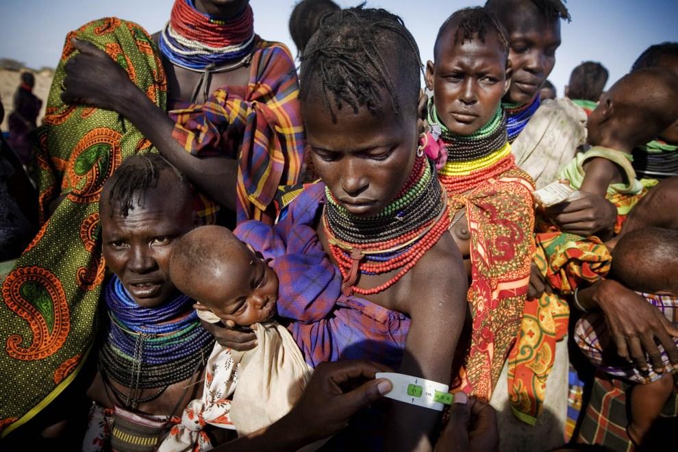 13. KENIA, Lodwar, 15 lipca 2011: Karmiąca matka w podczas badania w centrum dla uchodźców. AFP PHOTO - UNICEF - KATE HOLT