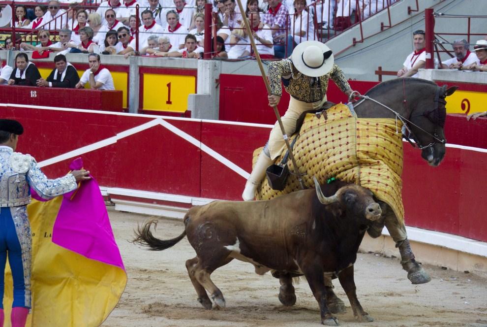 13. HISZPANIA, Pampeluna, 11 lipca 2011: Byk uderzający w konia z pikadorem na grzbiecie. EPA/JIM HOLLANDER Dostawca: PAP/EPA.
