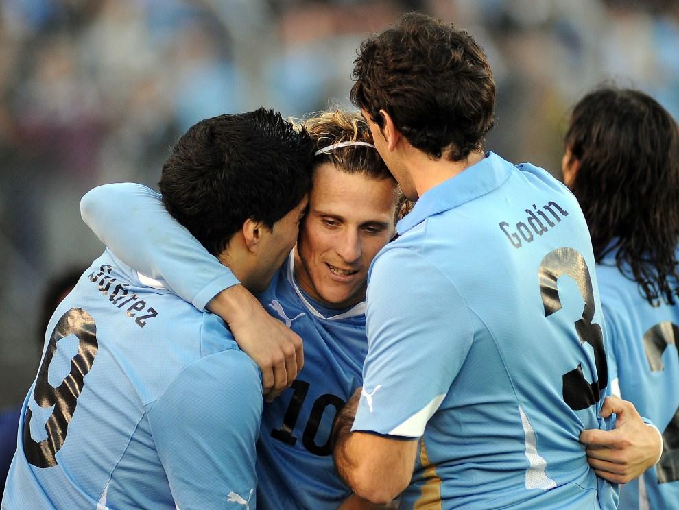 14. ARGENTYNA, Buenos Aires, 24 lipca 2011: Diego Forlan przyjmuje gratulacje po zdobyciu kolejnej bramki w meczu finałowym Copa America. AFP PHOTO / SERGIO GOYA