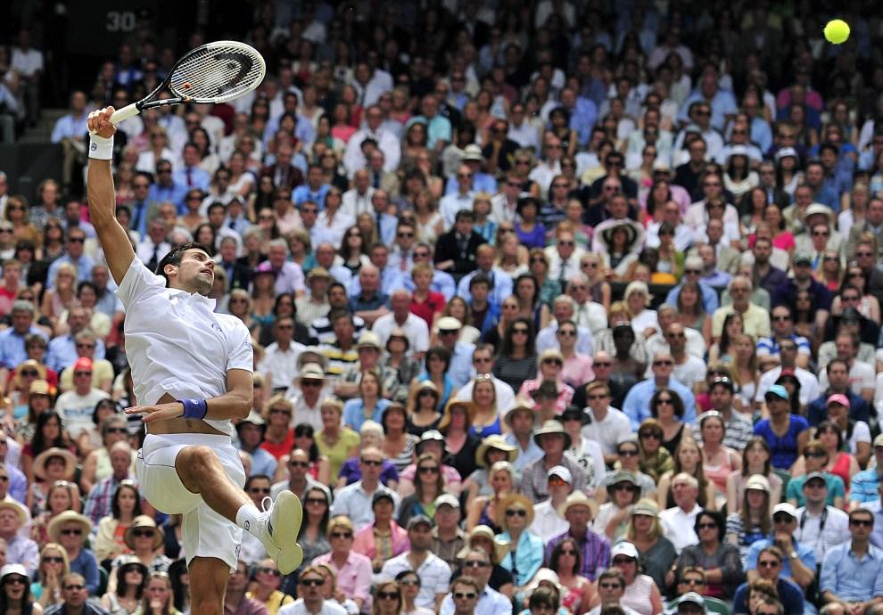 14. WIELKA BRYTANIA, Londyn, 3 lipca 2011: Novak Đoković odbija piłkę posłaną przez Rafaela Nadala. AFP PHOTO / GLYN KIRK