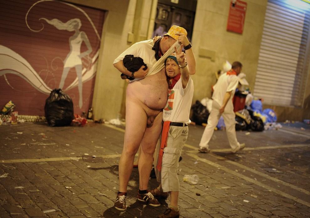 14. HISZPANIA, Pampeluna, 7 lipca 2011: Pijany, nagi mężczyzna na ulicy w Pampelunie. AFP PHOTO / PEDRO ARMESTRE