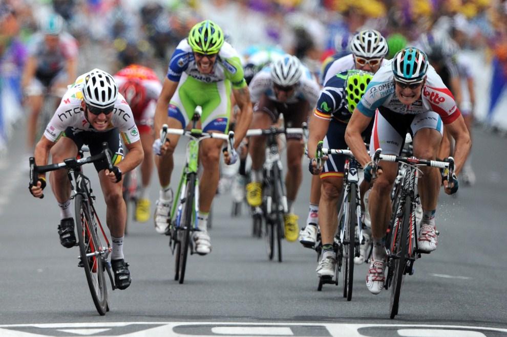 14. FRANCJA, Carmaux, 12 lipca 2011: Andre Greipel (po prawej) finiszuje przed  Markiem Cavendishem na dziesiątym etapie TDF. AFP PHOTO / PASCAL PAVANI