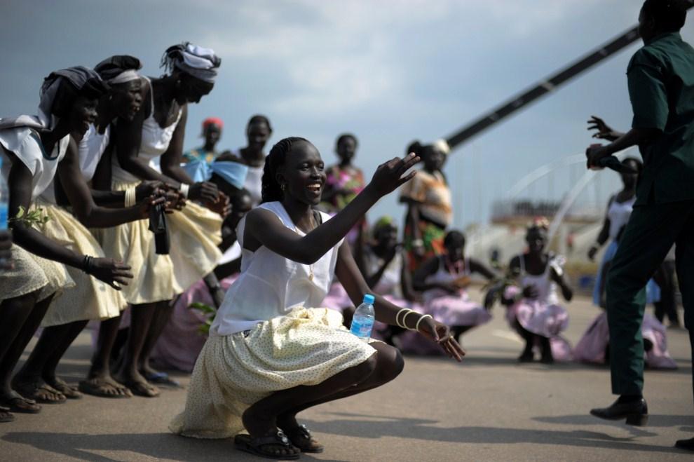 14. SUDAN, Dżuba, 7 lipca 2011: Tancerki podczas próby przed uroczystościami z okazji ogłoszenia niepodległości. AFP PHOTO/ROBERTO SCHMIDT