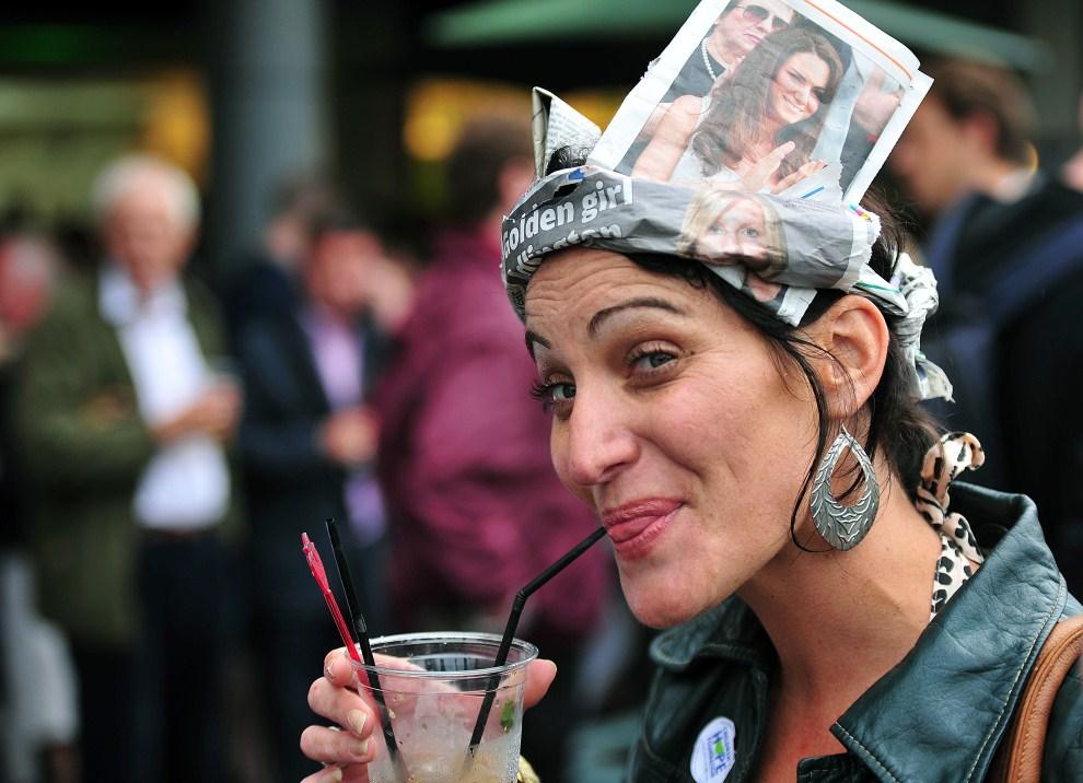 15. WIELKA BRYTANIA, Londyn, 28 czerwca 2011: Kibicka w czapce zrobionej z gazety. AFP PHOTO / LEON NEAL